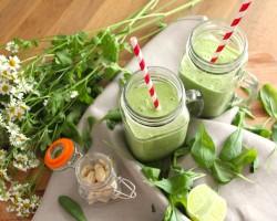 Smoothie mit Spinat, Avocado & Cashews
