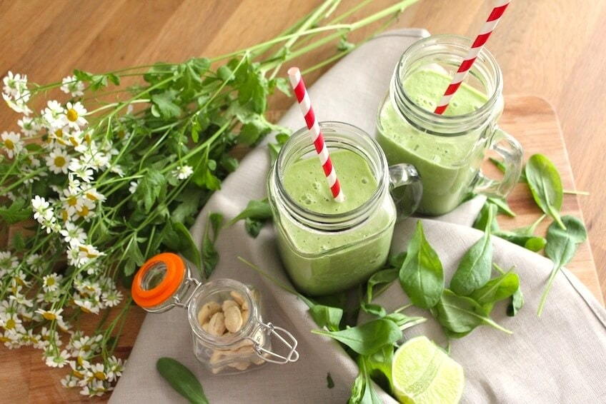 Smoothie mit Spinat, Avocado & Cashews